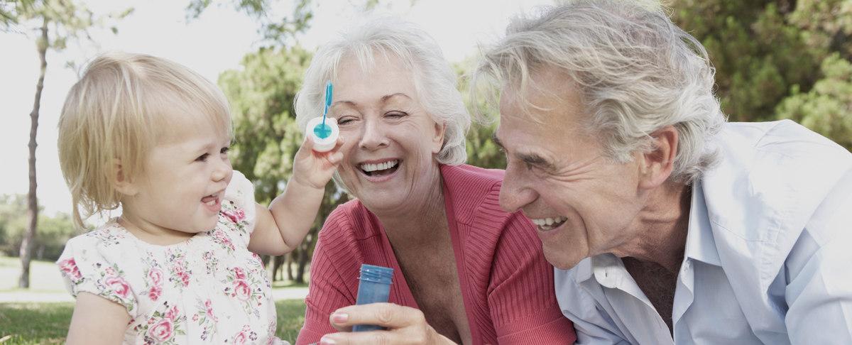 Großeltern mit Seifenblasen