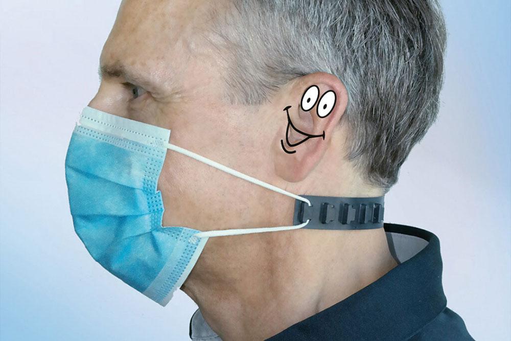 Der Ohrenheld hält die Mund-Nasen-Schutzmaske im Nacken, nicht hinter den Ohren. So werden Hörsysteme vor unbemerktem Herausziehen und Verlieren geschützt.